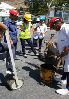 Práctica de asfaltado realizada por docentes y estudiantes de 5º Año de la mención de Construcción Civil de La ETI La Victoria, Estado Aragua- Venezuela.